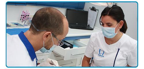 Dr. José Jiménez realizando una intervención quirurgica